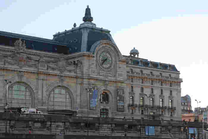フランス・パリに来たらルーブル美術館と共に巡りたい、オルセー美術館にも大きな時計が設置されています。モネやマネ、ルノワールなど日本人に人気の印象派の作品も多く所蔵しています。1900年のパリ万博の際に建てられた駅舎兼ホテルを改修した美術館とのことで、今もその面影を見ることができます。