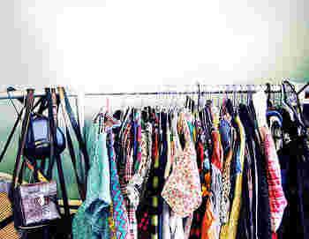 クローゼットにたくさんの洋服が詰まっていないと不安、という気持ち、わかります。だけど、実際に気に入って着回している服を数えてみると、案外ワンシーズンにほんの数着だったりする人も多いようです。