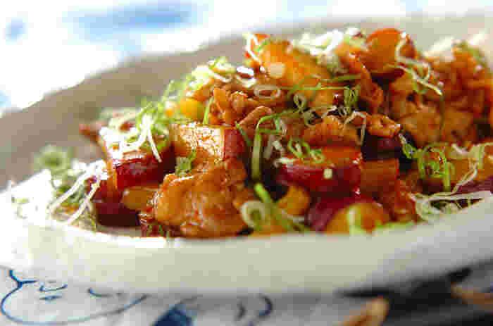 甘辛い味噌で豚肉とサツマイモをささっと炒めた簡単レシピ。サツマイモの甘みと辛みそがベストマッチ。ビールがすすんじゃうレシピです。