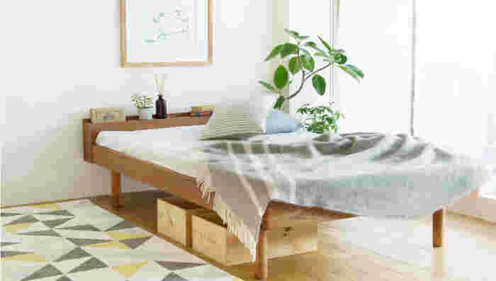 ベッドやソファなど大きな家具は床にどっしりと置くタイプより脚で支えられているタイプを選ぶと、家具と床の間に空間が生まれるので、光が通りやすくなり視界が開けます。