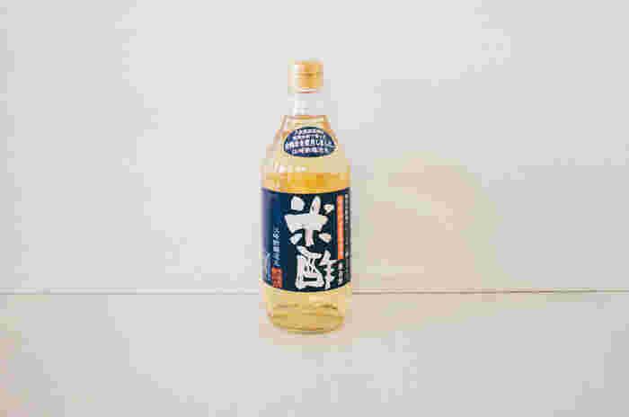 醸造酢は、お酒を酢酸発酵させたもの。また、黒酢も玄米や麹を壺に仕込む製法のものなど、時間をかけて発酵・熟成させるものがよいものとされます。写真は、無農薬合鴨米を使った米酢。フルーティでまろやかな酸味が特徴です。
