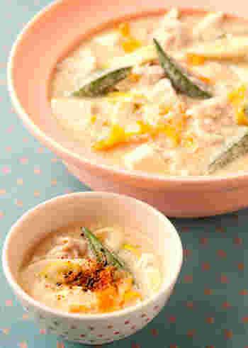 豆乳だしで煮込んだトロッとした豆腐に、ネバネバ野菜がたっぷりはいった豆乳鍋。ツルンとお腹に入るから、風邪気味で食欲がない時や、宴会続きで疲れた胃腸を休めるのにいかがでしょうか?