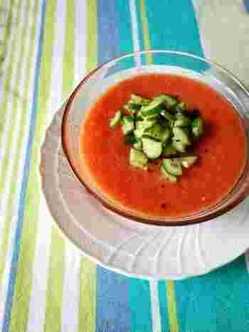 スペインの冷製スープ、ガスパッチョは、万能調味料「塩レモン」を使って簡単に作れます。材料をミキサーで混ぜてキュウリをのせるだけ。前日に作っておくと、味がなじんでおいしくなります。