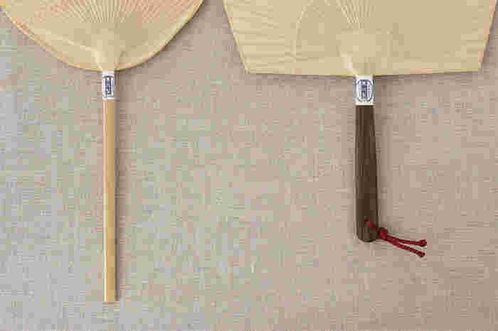 柄の作りもそれぞれ形に合わせて工夫されていて画像右の、男性用として人気がある「仙扇」は、力強い黒い竹を使用し、女性用に人気の「仏扇」と子供用に人気がある「小丸」の柄は比較的細いつくりになっています。