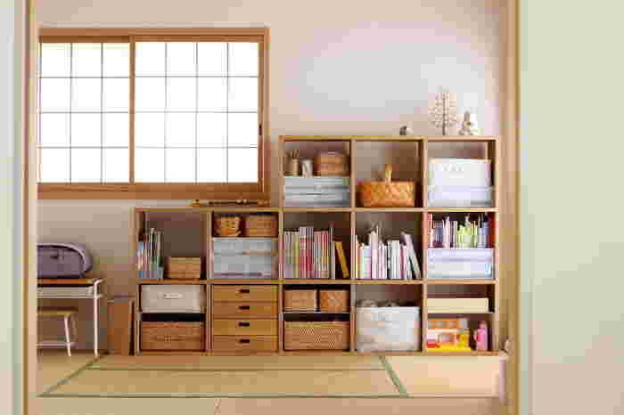 こちらのブロガーさんは、リビング続きの和室に子供部屋を…。 無印良品のスタッキングシェルフを使い、子供のおもちゃや絵本を収納しているそうです。 アイテムごとに収納出来るように、無印良品のラタンバスケットやダイソーの手持ち付マスケットなどを上手に活用して、スッキリとした空間を作り上げています。 リビング続きのお部屋なので、お子さまにいつでも目が届き安心感があります。