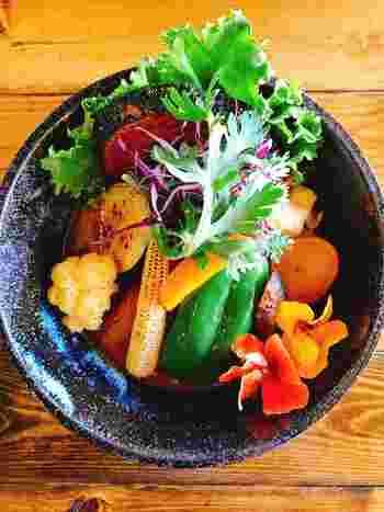 2017年1月にオープンした「藍色」。動物系&魚介系を合わせた和風スープは、さらりとしていながらスパイシー。写真は、18種の彩り野菜が美しく盛りつけられた「撫子色」です。