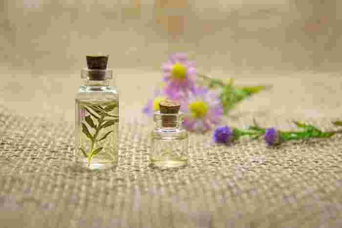 アロマの香りをハンカチやティッシュケースなどに吹きかけておくと、使うたびにほんのり漂い、バッグの中までお気に入りの香りに包まれます。  ただし、頻繁に洗濯ができないアウターなどに吹き付けてしまうと、違う香りを楽しみたい時に香りが混ざったり、シミになることもあるので注意しましょう。