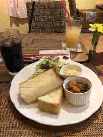 「cafe TANNE(カフェ タンネ)」は、奈良で生まれ育ったオーナーの松尾香織さんが、信州戸隠で学んだ季節の野菜や果物・穀物を使った料理をメニューに取り入れたいとオープンしたお店です。  モーニングは3種類。こちらの「トーストモーニング」は厚切りのトーストにサラダや卵料理がワンプレートに盛り付けられています。朝8時から営業しているので、ちょっぴり早起きして訪れてみては?