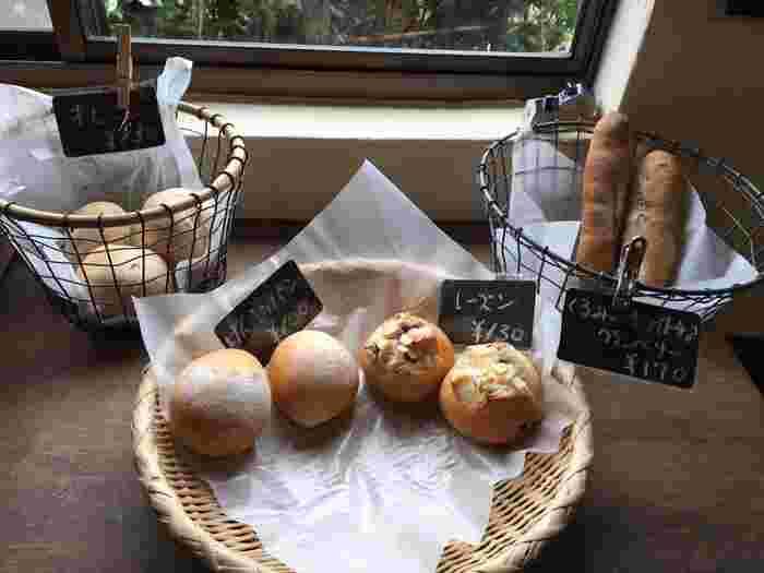 ナチュラルな雰囲気の店内で焼かれているのは、お店の名前にもある「げんこつパン」をはじめとする7~8種類のパン。げんこつパンは、国産小麦「春よ恋」のもちもち感が特徴で、小麦本来の甘さが感じられます。