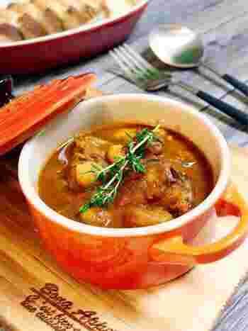 サバ缶、ひよこ豆の組み合わせがとっても美味しいトマトカレー。玉ねぎとにんにくを切る工程だけ頑張れば、あとは15分程煮込むだけと簡単!サバ缶の臭みも気にならず、シンプルな味わいの中にも美味しさが凝縮されています。可愛らしいココットの器に盛り付ければ、カフェ気分に♪