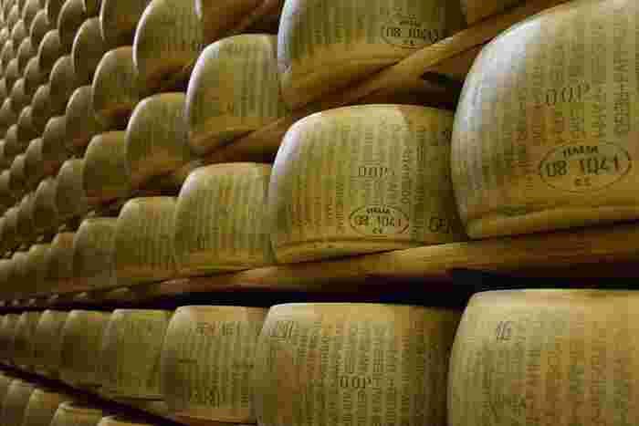 セミハードチーズよりももっと硬く、熟成期間が最短で半年、長いものだと5年以上にもなるチーズがハードチーズです。そのままの食感は硬いですが、その分味が濃厚です。代表的なのものにコンテやパルミジャーノ・レジャーノがあります。
