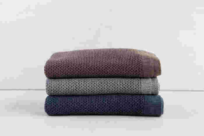 タオルといえば、今治と言うくらい定着した「今治タオル」。 今治市は、世界屈指のタオル産地で、国産タオルの6割が生産されているというから驚きです。 その今治で1934年からタオルを作り続けている「 kontex」のワッフルタオルは、コットンとリネンを組み合わせた、オリジナルの糸を使用したタオル。心地よくさらりとした肌触りのワッフル織りと、使い馴染んだ色合いのヴィンテージ感は、どんなインテリアとの相性も良く、上質な使い心地を楽しめます。