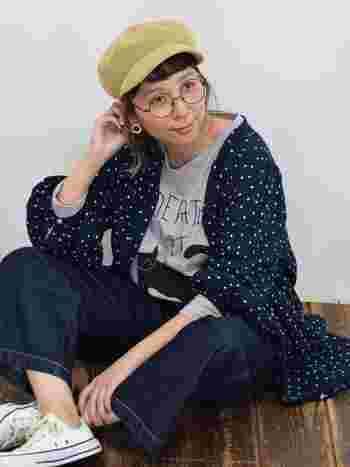 シャツワンピースには、Tシャツとデニムのレイヤードで間違いなし。総ドットなので派手過ぎず地味すぎず、ちょうどいいスパイスに◎。シンプルなデザインなので、前を閉じて一枚で着てもナチュラルに着こなせますよ。