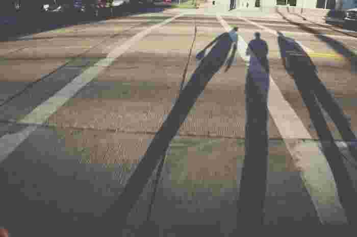 こちらは完全に影を主役にした一枚。写っているものは少ないですが、その場の空気が不思議と伝わってきます。