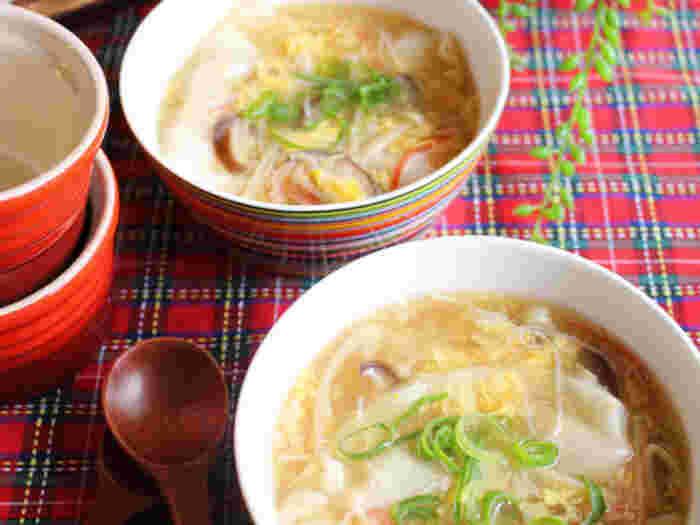 定番のスープ餃子に柚子胡椒をプラス。卵をふんわりと入れて、やさしい食感にするのが◎