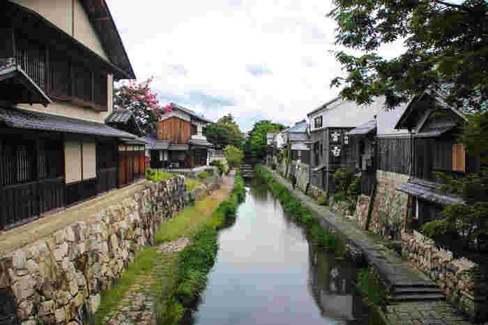近江商人発祥の地として知られる近江八幡。戦国時代に軍事や物流のために作られた人工の堀「八幡堀」が有名です。