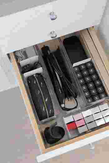 デスクの引き出しをネイル用の収納に。ボトルを立てて収納できるので、欲しいものをすぐに取り出すことができます。クリアケースやスチール板で仕切りを付ければ、種類を分けて収納できるので便利!