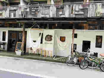 吉祥寺駅から歩いて5分ほどのところにある「マヒカマノ」は、ハンモックの心地よさを体感できるコンセプトのカフェ。入口に吊るしてあるハンモックが目印です。