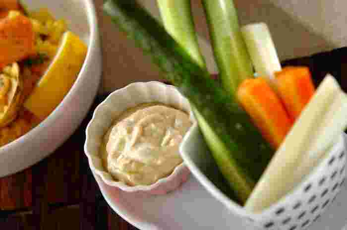 水切りヨーグルトを使った低カロリーのディップはいかがでしょう。味噌が加わることで味にコク深い仕上がりに…。お好みの旬の野菜を用意すれば、簡単おもてなしメニューに!
