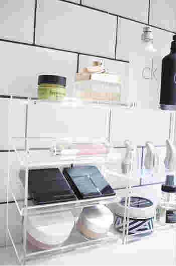 シンプルに見やすく収められるので、化粧品が一目瞭然でとっても便利!ちなみに3段のボトルスタンドは、棚板が斜めについています。化粧品のほかにも、可愛いボトルの香水を飾ってもお洒落ですよね。ぜひ「見せる収納で」機能的&美しく収納してみませんか?