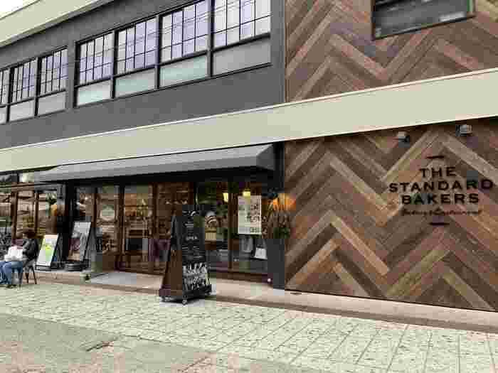 大谷エリアにある「the standard bakers(ザ スタンダード ベイカーズ)」は、2018年のオープン以来、宇都宮で注目されているベーカリーレストラン。築50年の元レストハウスをリノベーションしたお店は、広々としていておしゃれな雰囲気です。