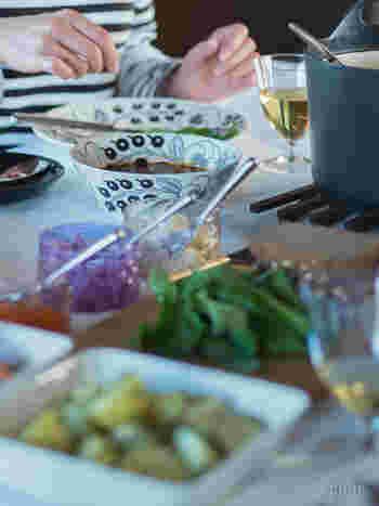 内側にも柄が描かれているので、食卓がパッと華やぎます。年末のおもてなしやホームパーティーのときにも重宝しそうですね。