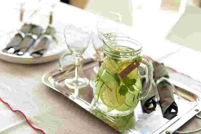 さっぱりとした風味のフレーバーウォーターは、食事タイムのお茶代わりにもピッタリ。また普通のお水だけの場合と比べて、見た目にもとても綺麗でテーブルを華やかに彩ってくれます。