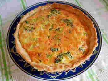 ブロッコリーやチーズ、鮭フレークをふんだんに使ったキッシュ。 ちょっとしたイベントやパーティーにも良さそうです♪ ブロッコリー以外にも、お好みのお野菜でぜひトライしてみてくださいね。