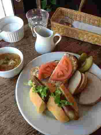 ランチタイムには、スープとサンドイッチ、コーヒーか紅茶、ミニケーキ付きお得なランチセットがあります。  画像は「ベルグサンドセット」。ライ麦パン・胚芽パン・ロールパンの3種類のパンに、ツナやソーセージがのっています。