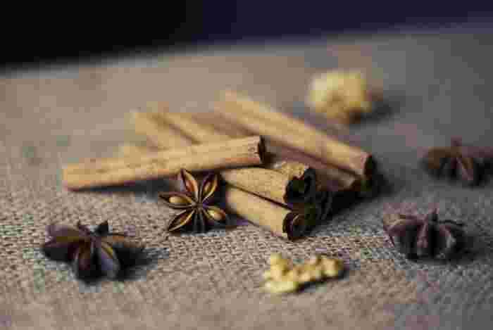 シナモンロールは、シナモンと砂糖を練り込み、渦巻き状にして焼いた、スウェーデン生まれ(諸説あり)のペストリーです。パンの生地を平にのばし、シナモンと砂糖、時にはスパイスやレーズンを加えてくるくると巻き込み、一人前ごとに輪切りにして焼き上げます。アメリカなどでは、粉砂糖を使ったアイシングをトッピングしたものも多く見られます。