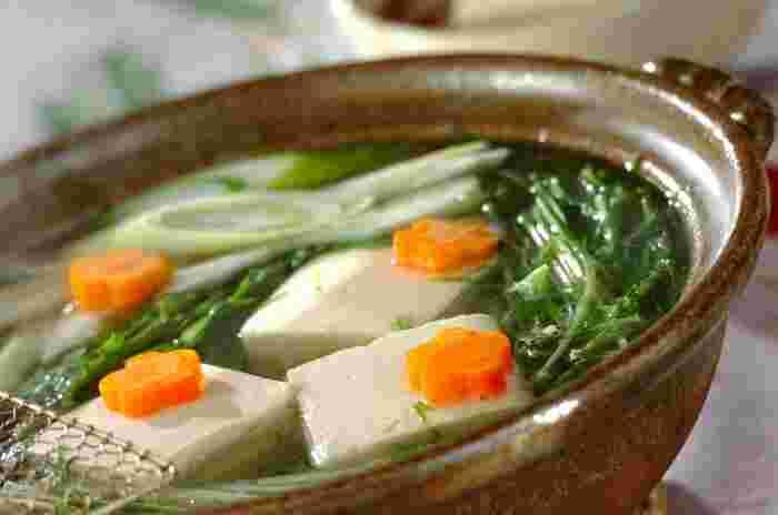 ポン酢しょうゆは湯豆腐やお鍋などのつけダレとしても大活躍!定番のゆず果汁ではなくカボス果汁を使うと、より酸味の強い風合いに。湯豆腐は昆布だしでさっと煮て作りましょう。もちろん市販のポン酢を使っても美味しいですよ♪