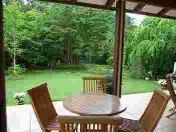 テラス席はもちろん、店内からもお庭を見ることができます。季節ごとに姿を変える中庭のイングリッシュガーデンは、いつ訪れても楽しめます。