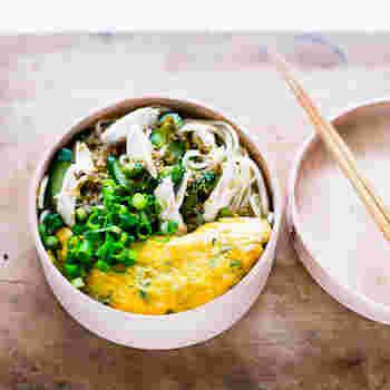 バンバンジー風のそうめんサラダをお弁当箱に入れるアイディアも。そうめんサラダにぴったりのキレイなオムレツも食欲をそそりますね。やはり冷やしたほうが美味しいので食べるときまで冷蔵庫に入れて保存しておくと良いのだそう。