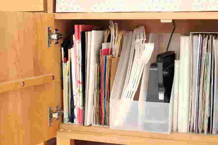 セリアのスタンドボックス(全面に立ち上がりの無い左の2つのスタンドボックス)に収納すれば、バラバラになりやすい紙袋やビニール袋を綺麗にまとめることができます◎。本や雑誌と同じように立てて収納すると、袋をそのまま出し入れできるのでとても便利ですね。100均のアイテムをぜひ活用して、リビングのチェストの中をすっきり&使いやすく整理してみませんか?