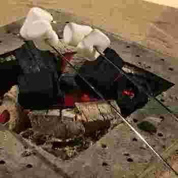 フロントにある大きな囲炉裏では、なんと足湯に浸かりながら焼きマシュマロを楽しむことができますよ。