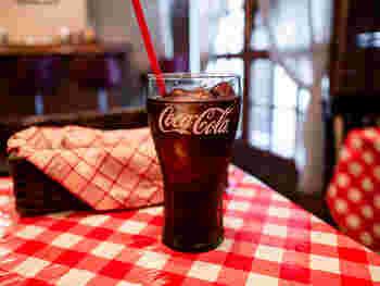 店内は町の洋食屋さん風。アメリカンなインテリアや、赤のチェックのテーブルクロスがポップでかわいい!コーラもサマになりますね。