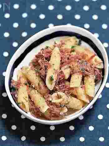 ペンネとコンビーフを和えるだけの簡単レシピ。ランチやおつまみ、おもてなしにもGOODです。大人は黒胡椒をたっぷり利かせせるとピリリと味わい深くなります。