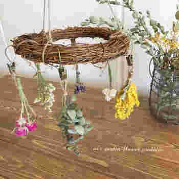 リースに吊るすという手も!完成品はもちろん、ドライフラワーを作る場所をあまり確保できないという人にも1つで複数の花を吊るせるのでおすすめの方法です。