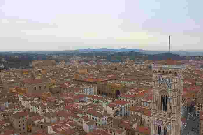 サンタ・マリア・デル・フィオーレ大聖堂には、高さ91メートルのクーポラがあり、この上に登ることができます。ここからは、360度の大パノラマでフィレンツェの街並みを一望することができます。
