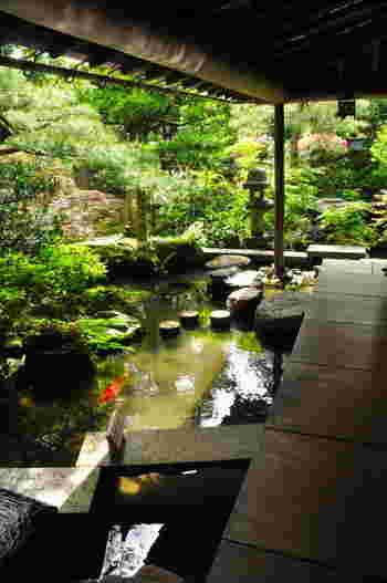 実は鬼川店は、2009年にミシュランの観光地格付けで2つ星に選ばれた「武家屋敷跡野村家(画像)」と隣接しているので、店舗から緑豊かな庭園を望みながらお茶を楽しめるんです。時間があれば、お茶の前後に「武家屋敷跡野村家」を訪れるのも◎。