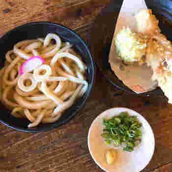 やや太めのもちもちしたうどんといりこで取った特製だしがとても美味しいです。天ぷらとの相性もピッタリです。