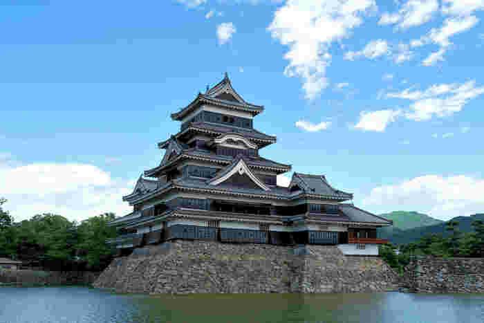 松本市と言えば、国宝「松本城」が有名ですね。白と黒のコントラストがとても美しく、別名「烏城」とも呼ばれています。そんな松本城から車で約10分、松本の奥座敷に広がるのが「浅間温泉」です。