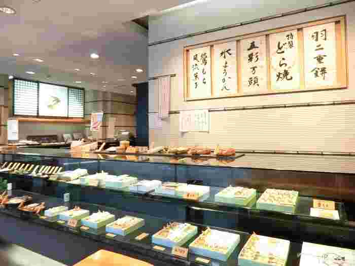 創業安政3年、東京・六本木に店舗を構える和菓子店「青野総本舗」をご紹介します。  実はこちら、創業以来、ずっとこの六本木の地で、かたくなに一店舗を守り続けているお店。江戸時代当時から、1件、1件御用聞きをして、お見繕いの和菓子を提供してきたとのこと。その職人魂を大切に引き継いでおられます。