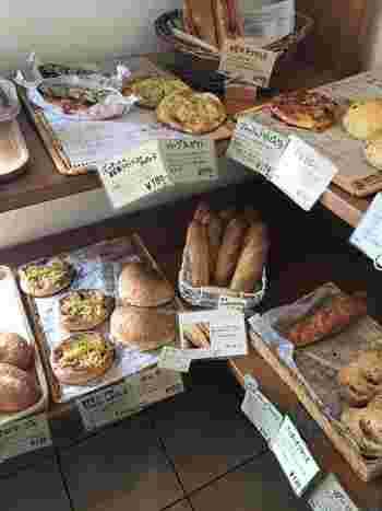 ハード系からスイーツ系まで、いろいろな種類のパンが並んでいます。ひとつひとつ丁寧に書かれたPOPからも、お二人の人柄が伝わってくるよう。