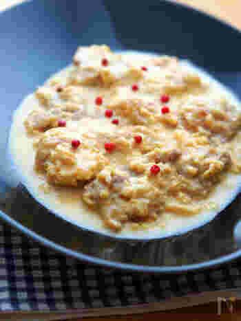 メインの肉料理にも、カルボナーラソースが登場です。 濃厚でクリーミーなソースはチキンにも合います。きっと子供にも人気間違いなしのレシピになるはず。 ポイントは、火力を強くして卵が固まらないように、余熱で温めましょう。