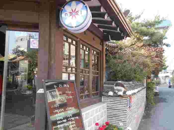 レトロな花柄の看板がかわいい♡仁寺洞は昔ながらの韓屋が数多く残っている場所ですので、街歩きをしているだけで楽しいですよ。