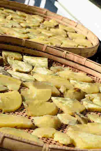 基本的に水分が少な目の野菜が干し野菜に適しています。大根、ピーマン、人参、カボチャ、そしてキノコ類はたくさん作って保存しておくと便利です。