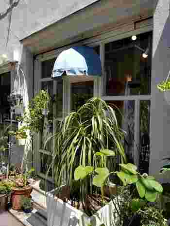 半蔵門線の清澄白河駅から歩いて5分、裏路地にひっそりと佇む「Coci la elle(コシラエル)」は、2010年に主宰のひがしちかさんが、1点物の手作りの日傘屋としてスタートしたお店です。