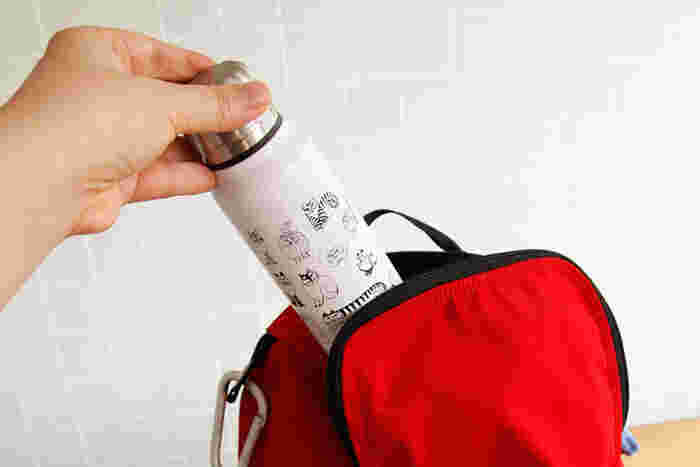 夏の暑さをひと口で吹き飛ばしてくれる冷たい飲み物。いつでもサッと飲めるように、出かけるときはバッグにドリンクを入れて持ち歩くのがおすすめ。そこで今回は、いつものバッグに入るスマートサイズや、レジャーシーンで活躍する大容量の水筒・ボトルを幅広く集めてみました。