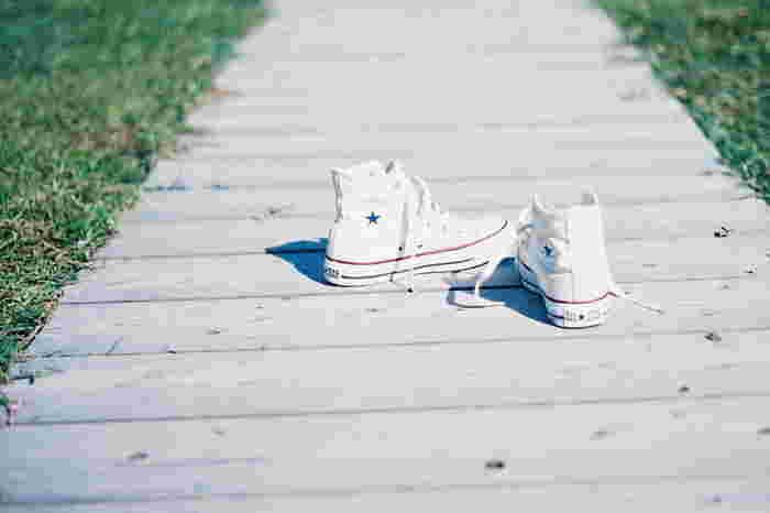 真っ白なスニーカーでのお出かけはとっても気持ち良いですね。 ちょっとのお手入れで、おしゃれできれいな足元がキープできるので、ぜひ試してみてくださいね。